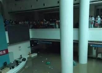 鄭州暴雨醫院困萬人 司機爬上巴士車頂避難