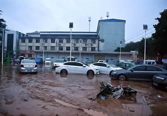 鄭州洪災建案海報稱「讓風雨只是風景」被砲轟災難行銷