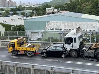 台64八里匝道口5車追撞 車流回堵塞成停車場