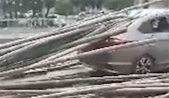小貨車滿載20公尺長竹!突煞車刺穿前車 驚悚畫面曝光