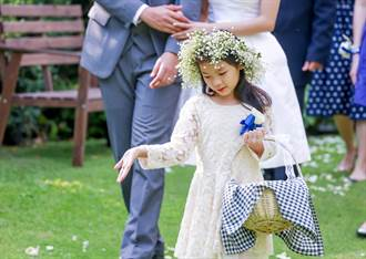 蓄鬍壯漢當婚禮花童進場 超狂舉動賓客嗨翻:賺到了