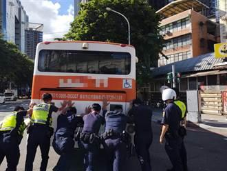 公車半途拋錨 海山8員警幫推車