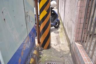 新北鶯歌電線桿插水溝 議員籲儘速移除改善