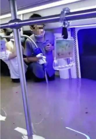 鄭州地鐵被困記憶:水漫過頂、恐慌欲砸車門 大叔制止保逃生