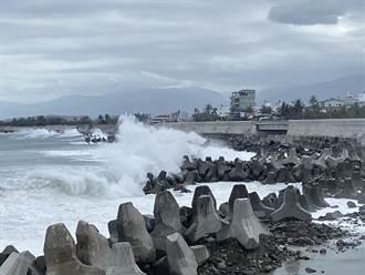 中颱烟花逼近 台東現3.5米長浪 居民:比瘋狗浪還危險