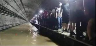 鄭州地鐵五號線被困者:幼童被抱著從後往前傳到救援人員手中