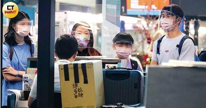 陶子和李李仁帶著2個小孩及大批行李,到桃園機場的長榮航空櫃檯報到。(圖/本刊攝影組)