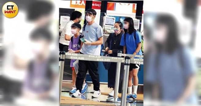 比起李李仁和小龍謹慎地戴上塑膠手套防疫,陶子和荳荳顯得比較隨性。(圖/本刊攝影組)