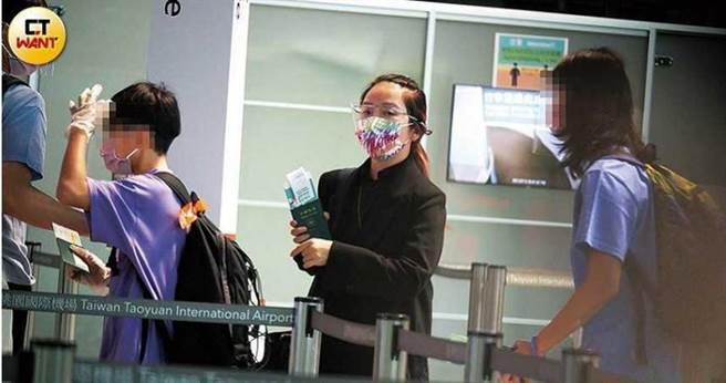 李仁和陶子依序出示護照以供查驗,準備出境。(圖/本刊攝影組)