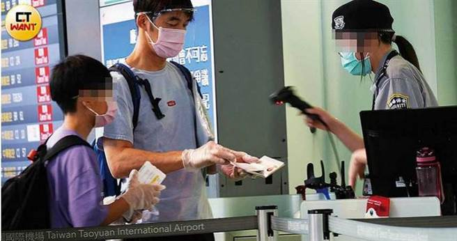 李李仁和陶子依序出示護照以供查驗,準備出境。(圖/本刊攝影組)