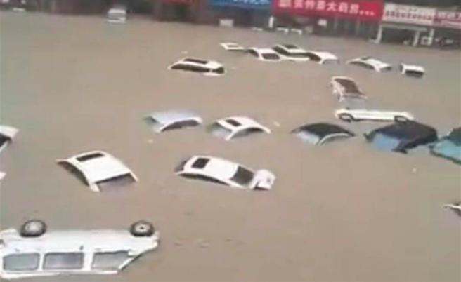 鄭州遭逢「千年一遇」豪雨,道路積水成災。(圖翻攝自東網)