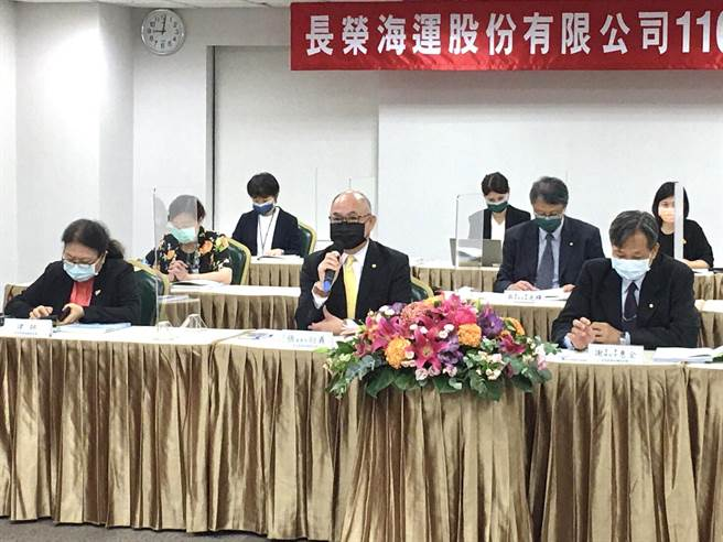 長榮海運股東會由董事長張衍義(前排中)主持。(長榮提供)