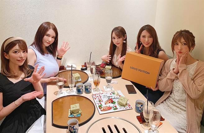 波多野結衣和上原亞衣(左起)、沖田杏梨、佳苗琉花和大槻響一起過33歲生日。(圖/twitter@波多野結衣)