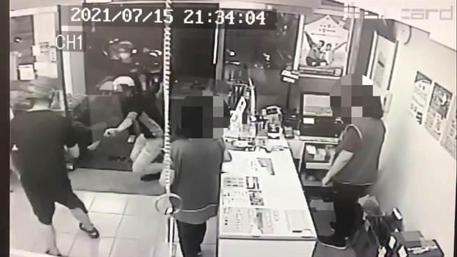 2名年輕人追進鞋店毆打里長鄧長安。(翻攝畫面)