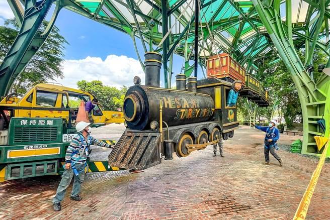 飛天小火車降落防颱,將待颱風過後重新升起。(李忠一攝)