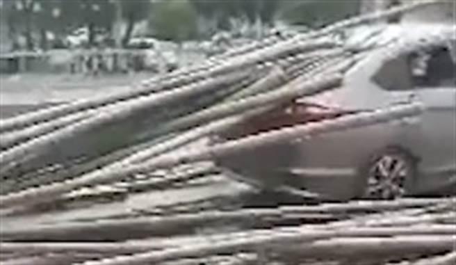 大陸一名滿載毛竹的貨車司機,疑似沒將貨物綁好,煞車時竟讓竹子飛出去刺穿前方車輛。(圖/微博@沸點視頻)