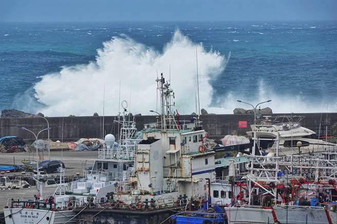 烟花颱風朝北台灣而來,外圍環流造成的長浪已對近海造成影響,基隆八斗子的漁船21日紛紛進港避風防颱,漁工們也趁機修補漁網。(黃世麒攝)