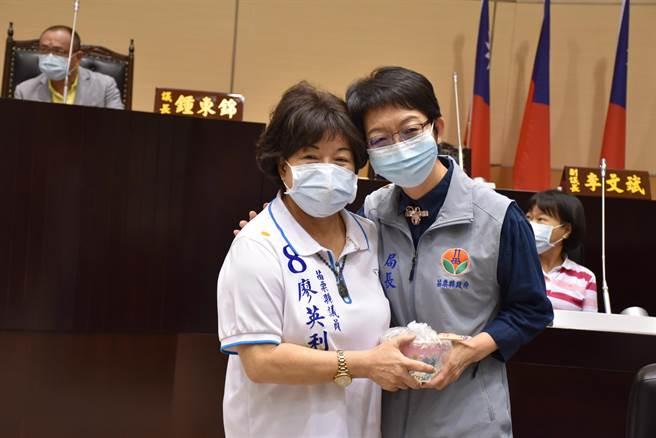 廖英利特別送上雞湯給衛生局長張蕊仙,並緊抱張蕊仙加油打氣。(謝明俊攝)
