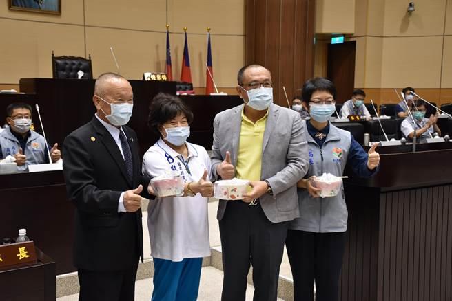 縣議員廖英利親自煮了雞湯送給縣長及縣府團隊加油打氣。(謝明俊攝)