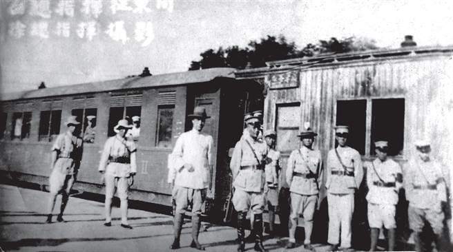 白崇禧(左四)督師征討直魯軍殘部期間,與閻錫山派來聯繫的徐永昌(左三)合影。(時報出版提供)