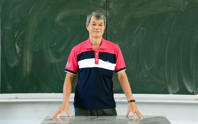 從事教職超過40年的屏東建國國小教師陳進財,在退休前夕喜得師鐸獎。(林和生攝)