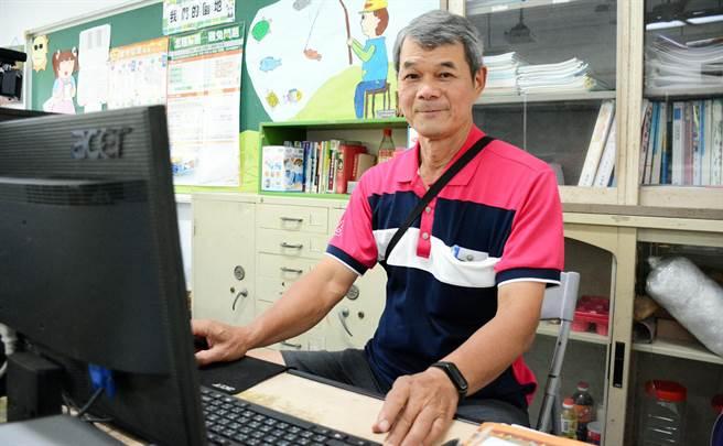 從事教職超過40年的屏東建國國小教師陳進財,在退休前夕獲得師鐸獎殊榮。(林和生攝)