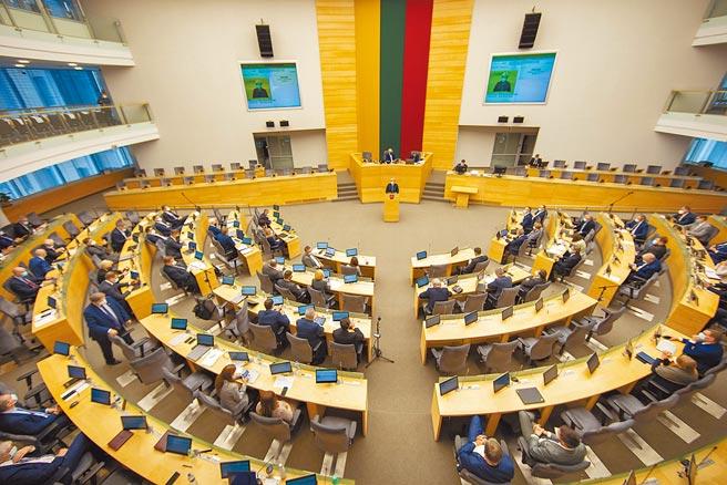 外交部長吳釗燮昨天宣布,我國將在波羅的海國家立陶宛的首都維爾紐斯設立「駐立陶宛台灣代表處」。圖為立陶宛議會。(美聯社)