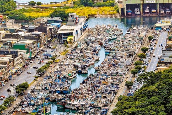 受到烟花颱風影響,宜蘭縣蘇澳鎮南方澳第一漁港20日停滿避風的漁船。(李忠一攝)