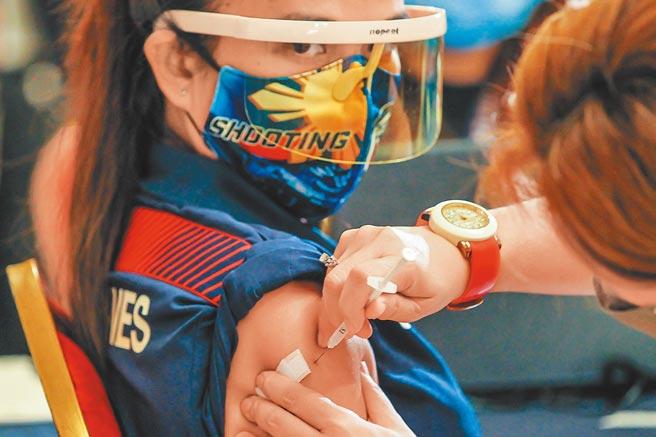 菲律賓所有參與東京奧運的運動員皆接種了中國科興疫苗。圖為5月28日菲律賓運動員接種科興疫苗。(新華社)