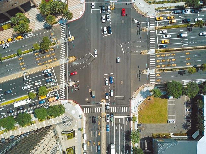 新竹縣政府爭取內政部「提升道路品質計畫亮點型」3億元經費,用於竹北市光明六路東1段、2段及自強北路,改善並提升整體道路品質。(新竹縣政府提供/莊旻靜新竹傳真)