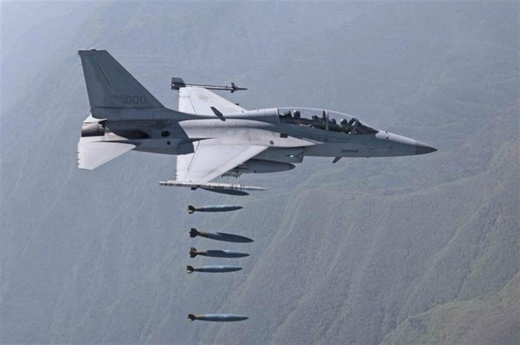 菲律賓原本對購入中國殲-10C戰機表達興趣,但後來與中國在南海主權議題上發生嚴重分歧,轉而購入韓國製造的FA-50(圖)輕攻擊機(。(圖/推特@JanesINTEL)