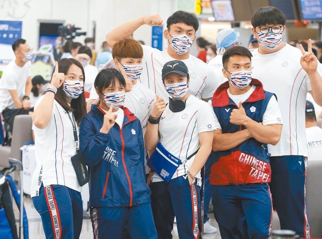 圖為舉重代表團19日搭乘2020東京奧運專案班機前往日本。(本報資料照片)