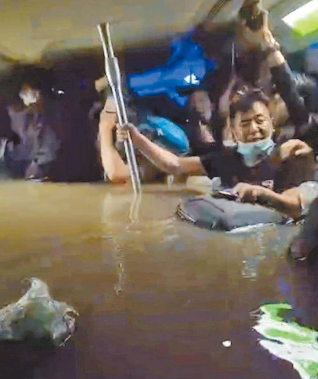 河南郑州地铁五号线列车被困隧道中,从乘客手机拍的照片,可以看出水深过腰,洪水也不断入侵,场面惊险。(摘自网路)