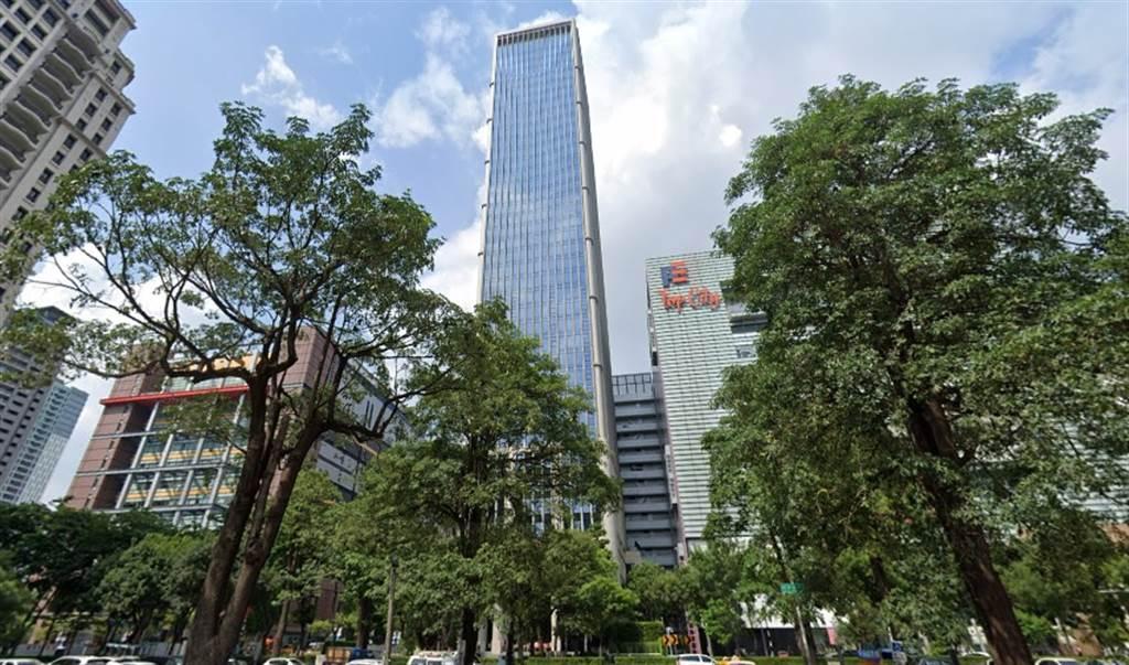 七期頂級商辦「聯聚中雍大廈」為台中最貴豪辦,30樓戶最新成交價高達1億5798萬,為今年中台灣商辦最高價紀錄。(翻攝自Google街景)