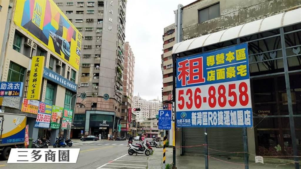 高雄三多商圈,部分店面貼出出售公告。(圖/翻攝自 陳致中臉書)