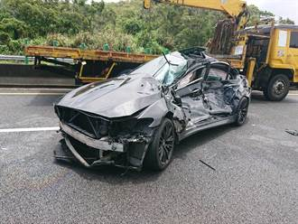 國3南下通霄路段 BMW失控撞護欄又遭貨車追撞 2傷1OHCA