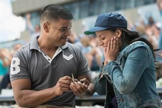 看棒球賽突求婚 還被大螢幕轉播 尷尬結局全場秒安靜