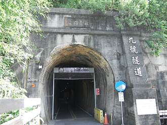 塵土青苔堆疊紅磚牆面 百年隧道「去角質」恢復容光