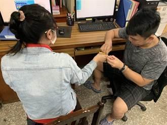 台南女戒指卡手指頭腫脹破皮 消防員5分鐘解救
