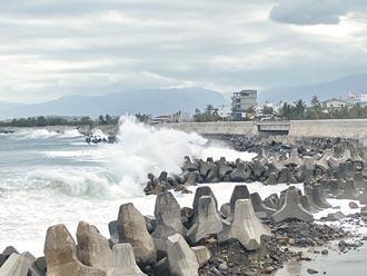 颱風逼近 台東激起逾3米長浪