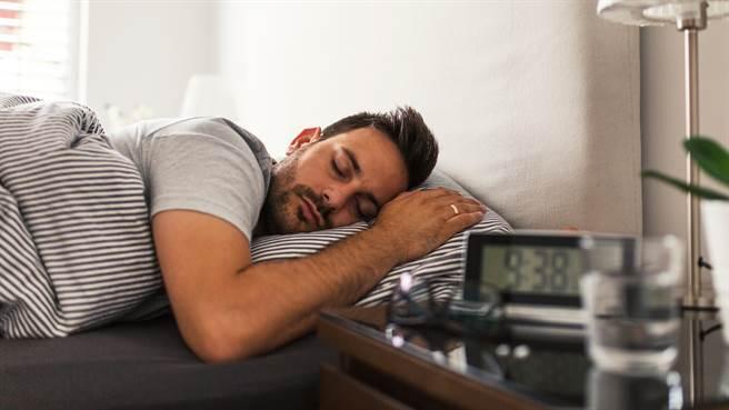 印度一名男子罹患罕見的嗜睡症,只要一打瞌睡便會睡上好幾天叫不醒。圖片為示意圖非本人。(圖/shutterstock)