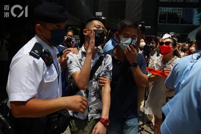 香港元朗721白衣人無差別攻擊案,七被告分判刑3年半至7年 旁聽人破口大罵法官被警方帶走。(香港01)