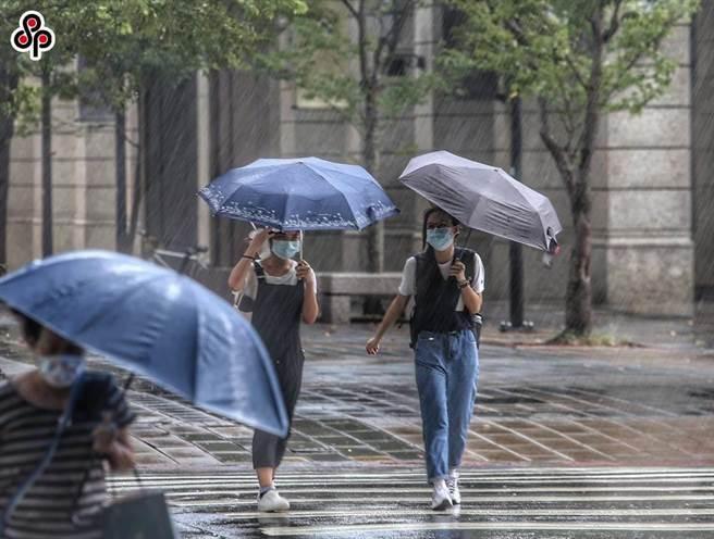 烟花颱風來襲 勞動局籲雇主做好工安、加發津貼給勞工。(本報資料照)