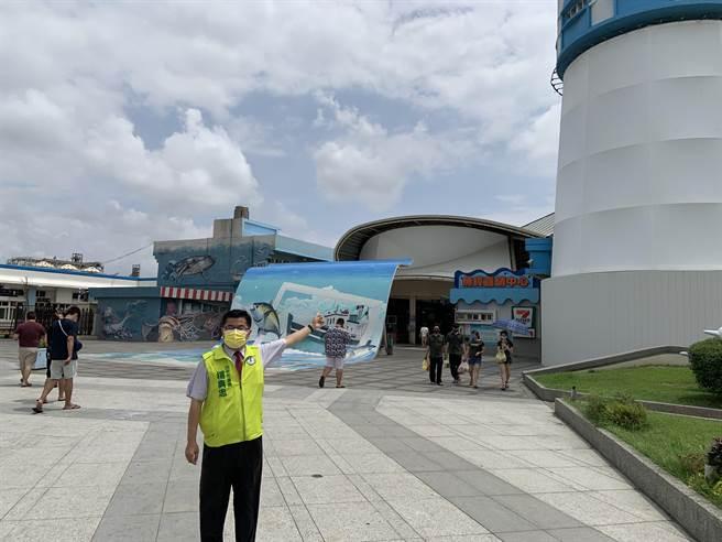 台中市議員楊典忠表示,希望中央不要遺忘漁民與攤商,儘早紓困補貼。(陳淑娥攝)