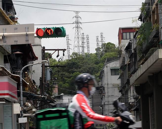 新冠肺炎衝擊民生經濟,行政院22日拍板決定,部分民生用電將直接取消夏季電價計費,以減輕民眾負擔。(范揚光攝)