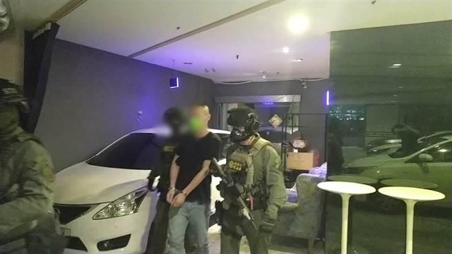 警方將徐嫌等6人逮捕送辦。(翻攝照片/林郁平台北傳真)