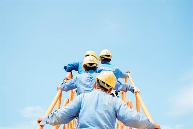「勞工職業災害保險及保護法」明年5月1日勞動節上路。(圖/取自Unsplash)