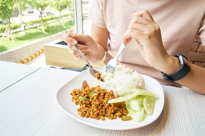 降膽固醇怎麼吃? 專科醫曝「最佳飲食法」。(示意圖/Shutterstock)