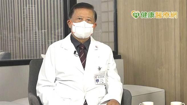 魏崢醫師提醒70歲以上民眾,日常活動會喘,或有心絞痛症狀,經醫師會診發現有心臟雜音,建議進行心臟超音波檢查,發現主動脈瓣膜狹窄的威脅。(圖/健康醫療網提供)