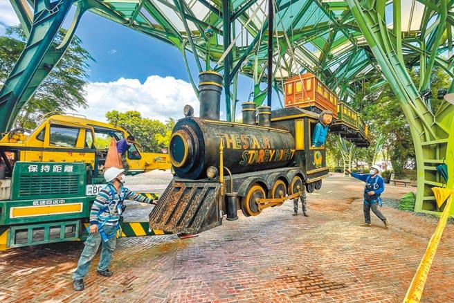 宜蘭火車站前廣場的飛天小火車,21日降落防颱,將待颱風過後重新升起。(李忠一攝)